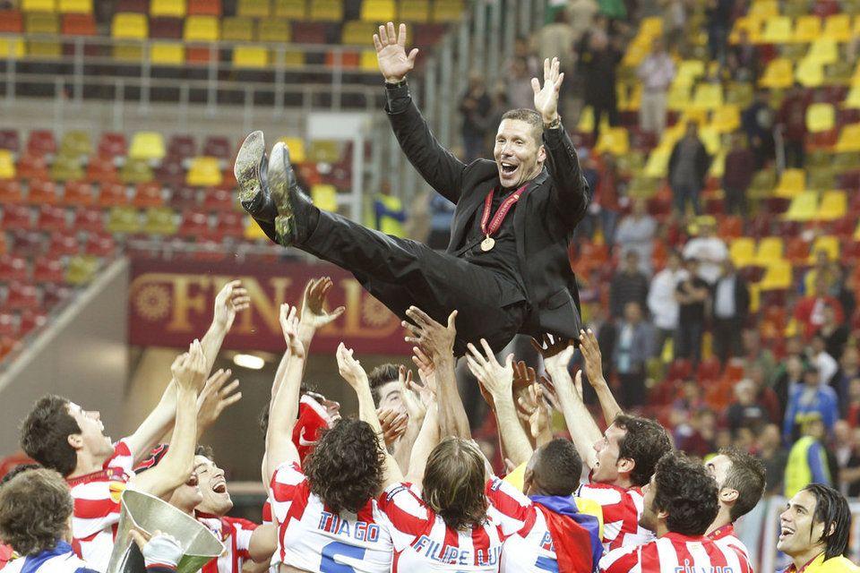 El cholo Simeone es manteado por sus jugadores el día que ganaron la Europa League.