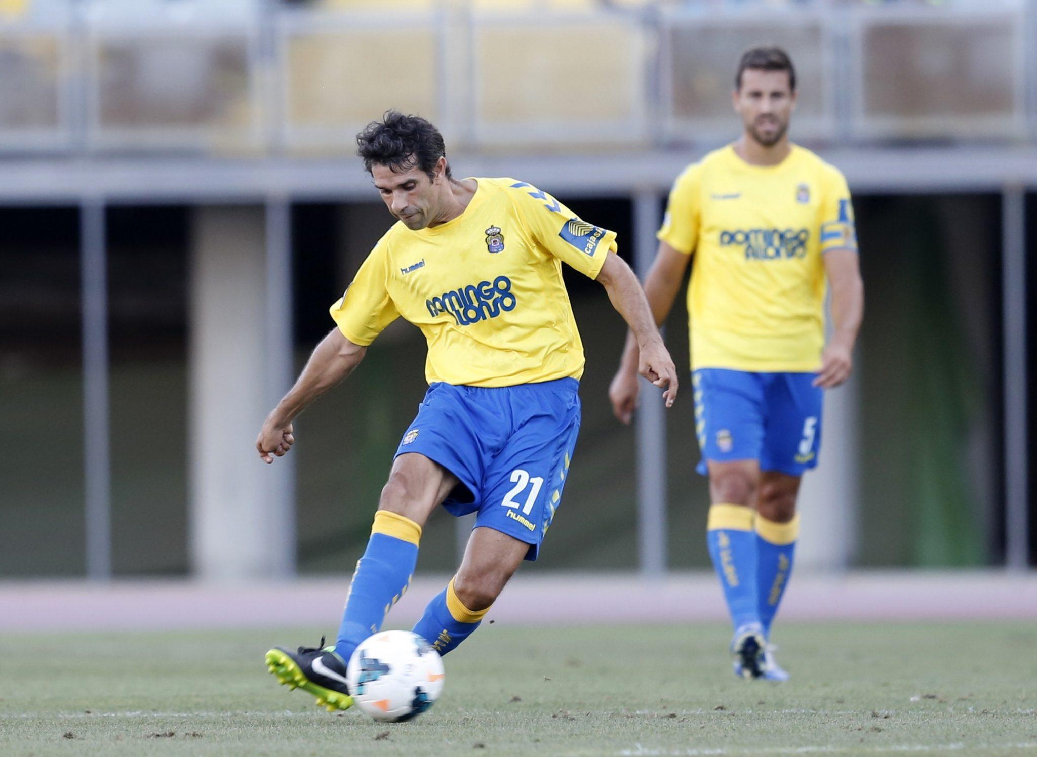 Valerón sigue dando clases de fútbol en Las Palmas, en su casa.