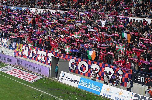 Los ultras de Osasuna en un partido en su estadio.