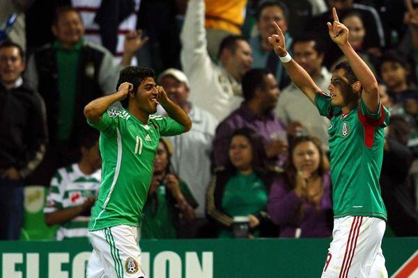 Vela y Chicharito, una delantera letal que no encaja en México.