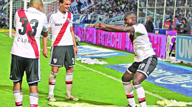 Balanta celebrando un gol con River.