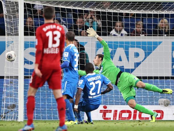 Kiessling anotó para el Bayern de Leverkusen un gol que no entró como claramente se observa.