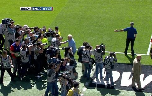 Mourinho se fue por todo lo alto del Bernabéu. La prensa invadió el terreno de juego en pleno partido para fotografiarle.