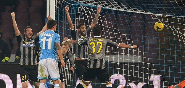 El Udinese empató a 3 en casa del Nápoles.