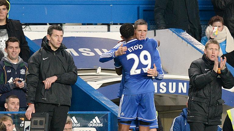 Cara y cruz para el Chelsea. Eto'o marcó y Torres se lesionó con un esguince de rodilla.