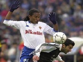 Esquerdinha in an action with Luis Figo.