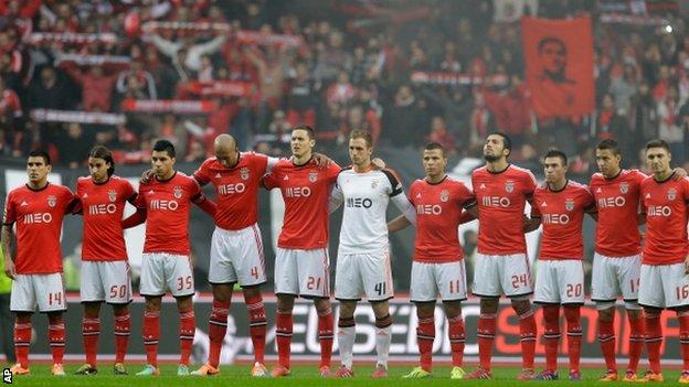El Benfica ganó 2-0 al Porto en el derbi de la Liga Sagres. Hubo homenaje a Eusébio.
