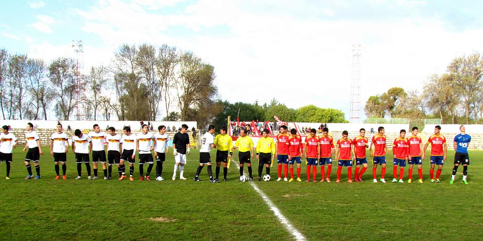 The Chilean team wears the colors of the German national team.