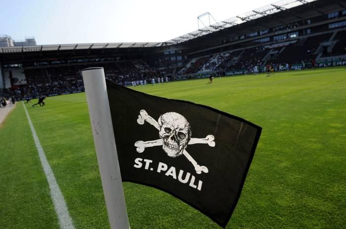 El banderín de córner del estadio del St Pauli se las trae.