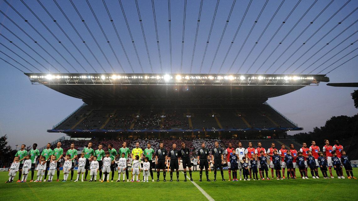 """En la foto se puede observar lo peculiar de la tribuna del estadio de """"La Roca""""."""