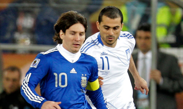 Vyntra junto a Messi en el partido que disputaron sus selecciones en el Mundial de 2010.