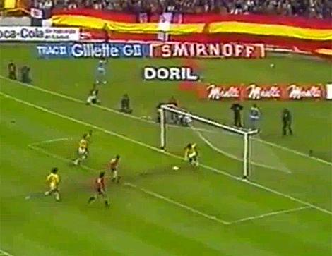 Cardeñosa falló un gol cantado sin portero ante Brasil.