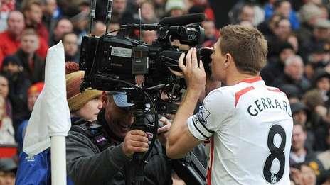 Gerrard fue el protagonista del partido ante el United con dos goles.