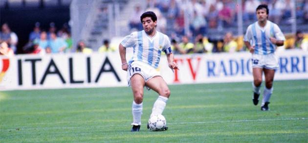Maradona vivió el Mundial de 1990 envuelto en un ambiente raro.