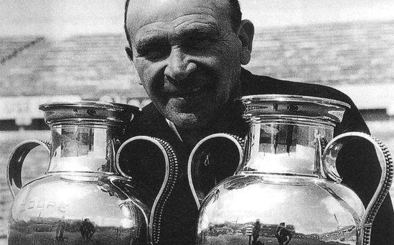 Bela Guttmann con las dos Copas de Europa que ganó con el Benfica.
