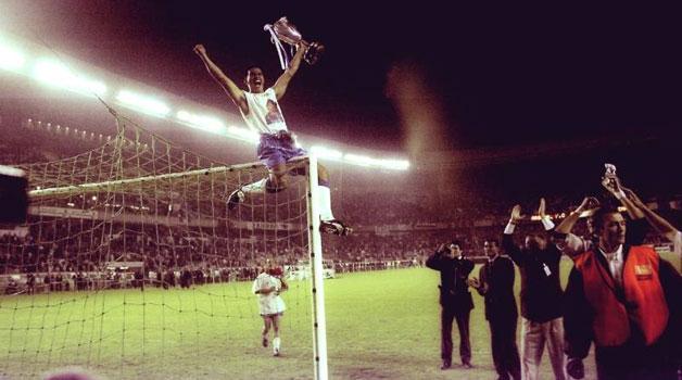 """Fernando Cáceres """"colgado por el fútbol"""" celebrando la Recopa de 1995."""