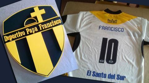 Las equipaciones del Club Deportivo Papa Francisco han causado sensación.