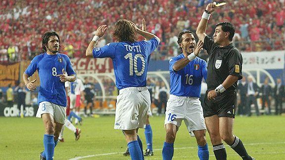 Totti fue expulsado por simular un penalti que sí lo era.