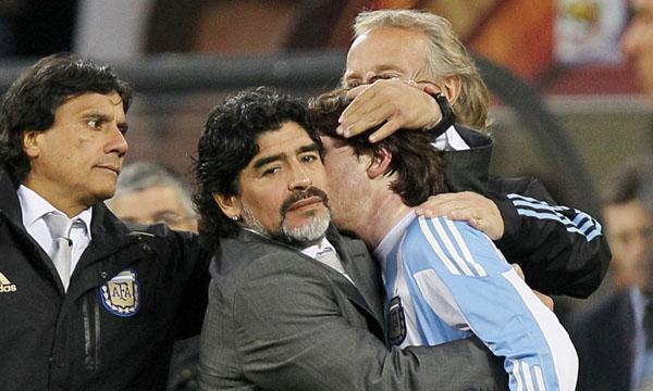 Maradona consoló a Messi tras la eliminación sufrida en el Mundial 2010.