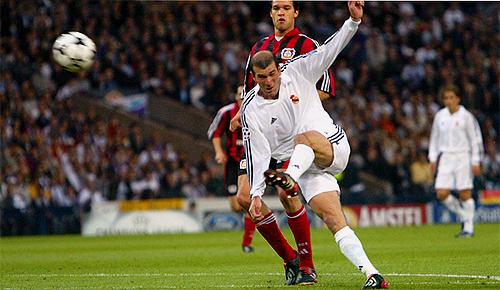 Este tiro de Zidane acabó con la 9ª en las vitrinas del Real Madrid.
