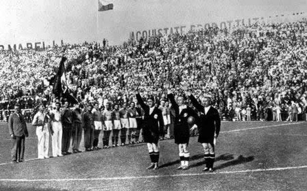 """Hasta los árbitros imitaban el saludo fascista para contentar al """"Duce""""."""