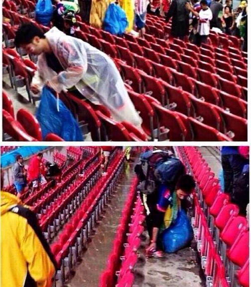 Los aficionados nipones recogiendo la basura de sus asientos. Así se hacen las cosas.