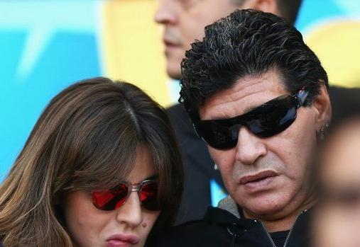 Maradona presenció el partido junto a su hija.