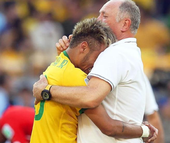 Neymar no pudo evitar llorar de alegria tras el partido y se abrazó a Scolari.