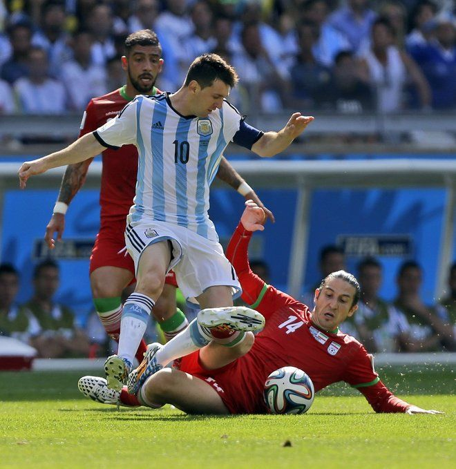 Teymourian se multiplicó para frenar a Messi.