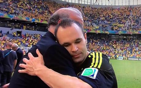 Iniesta y Del Bosque se funden en un abrazo al acabar el España 3-Australia 0.