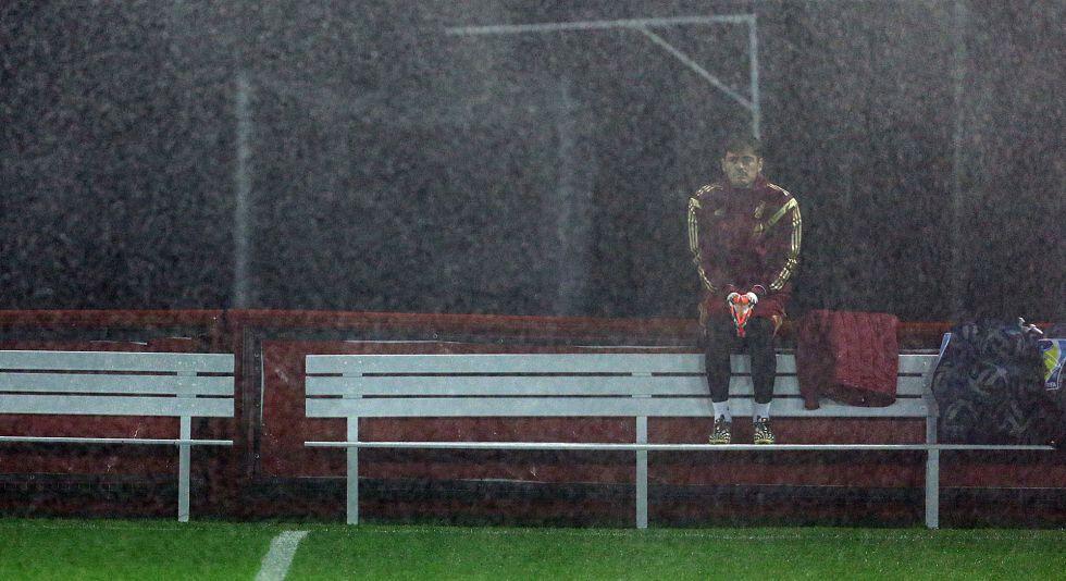 Casillas pasa demasiado tiempo en el banco, el de Curitiba y el del Real Madrid.