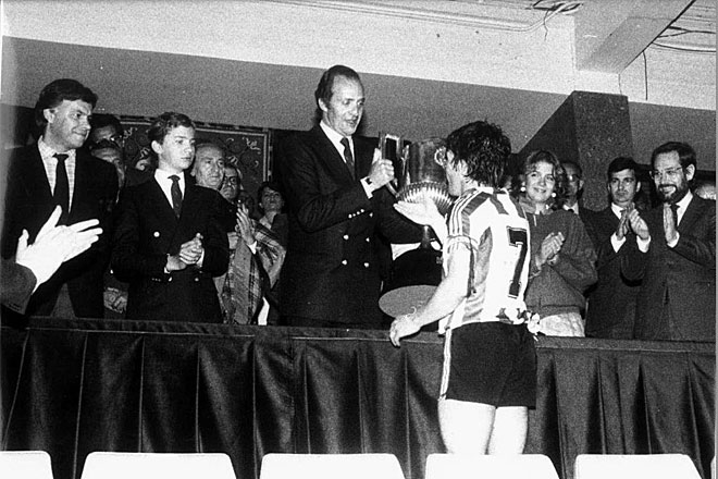 Athletic won the Cup 1984 Barcelona in a game of much controversy. The king was in front.