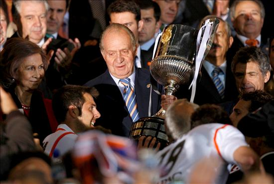 Koeman's Valencia saved the season against Getafe in the Copa. King handed the trophy as usual.