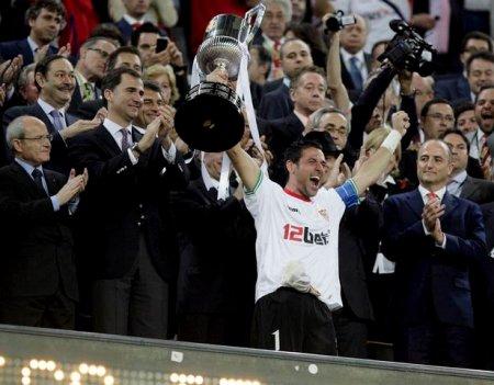 in 2010, el Sevilla se lleva la Copa en el Camp Nou. El Rey falta por primera vez y delega en su hijo.
