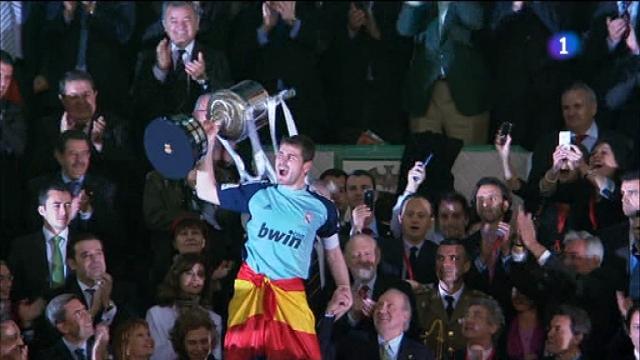 Casillas y el Rey. Dos que se llevan muy bien. El Madrid había ganado al Barça en Valencia. Era el primer título de Mou con los blancos.