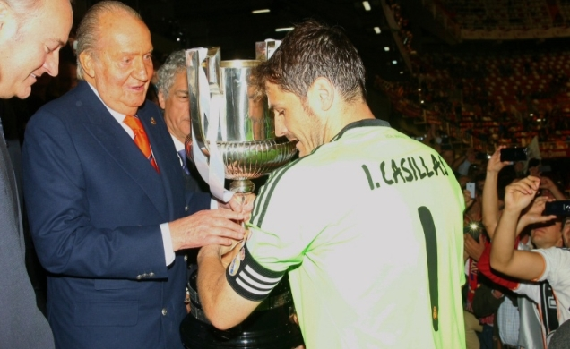An image for history. The last trophy presented by Her Majesty. Real Madrid.