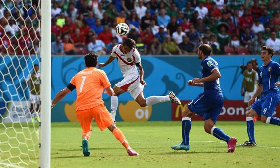 Costa Rica tumbó a Italia, se clasificó y dejó fuera a Inglaterra.