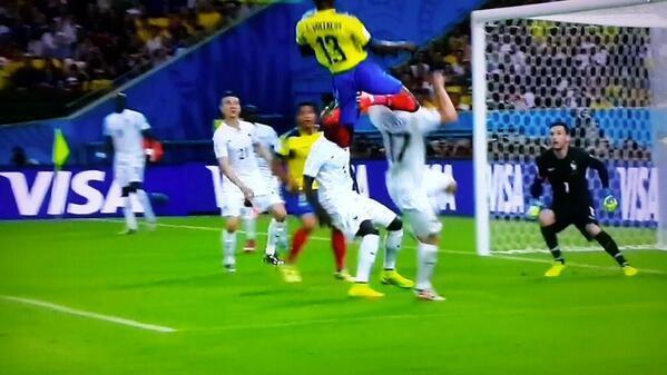 El portero ecuatoriano Domínguez fue la estrella del choque. Sin embargo, fue Enner Valencia el que nos dejó la imagen del partido. Este espectacular salto.