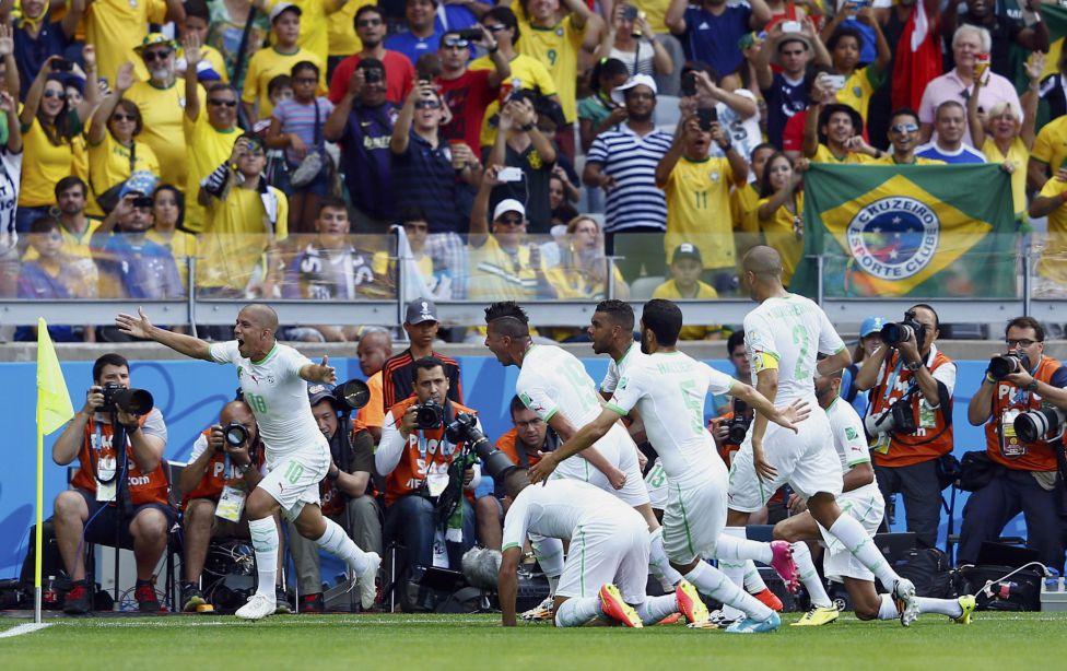 Feghouli marcó para Argelia que acabó rezando en la celebración.