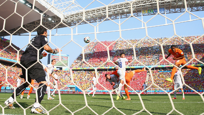 Holanda ganó 2-0 a Chile y se aseguró el primer puesto.