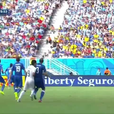 Uruguay ganó y Suárez volvió a morder. La vida sigue igual.