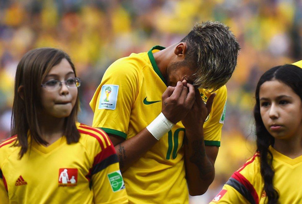 Neymar no marcó pero quedó visiblemente emocionado durante el himno.