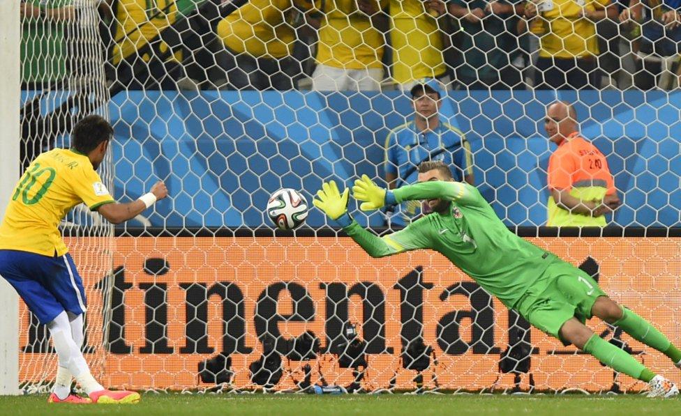 Fue un penalti inexistente el que sirvió para que Neymar hiciera su primer doblete mundialista.