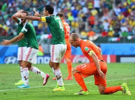 Fue la jugada del partido. Márquez cometió penalti en el descuento sobre Robben. Era el final de México en Brasil.