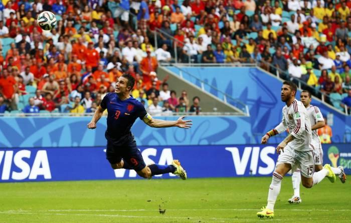 Un cabezazo de Van Persie empató un partido que acabó en goleada.