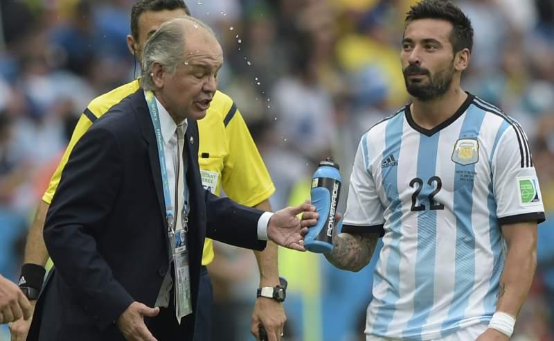 Así remojó Lavezzi a Sabella durante el partido frente a Nigeria.
