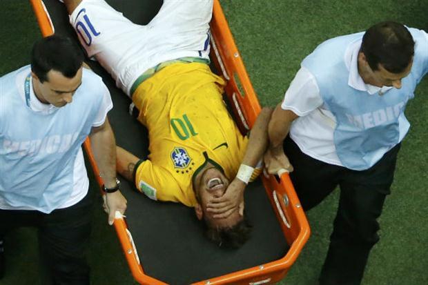Neymar tuvo que abandonar el campo en camilla y con visibles gestos de dolor.