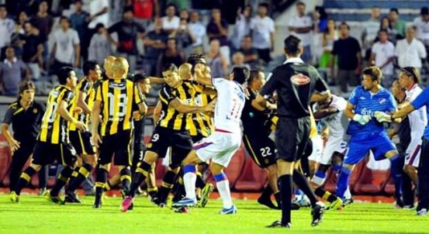 Peñarol y Nacional acabaron a golpes.