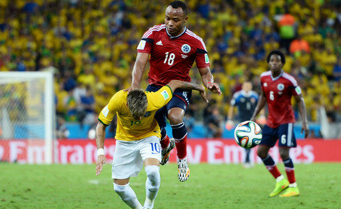 This blow from Zuñiga to Neymar seriously injured the Brazilian who will no longer play in Brazil 2014.