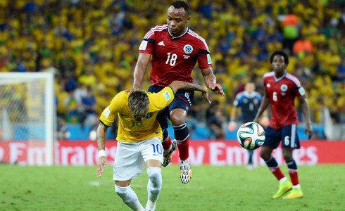 Este golpe de Zuñiga a Neymar lesionó de gravedad al brasileño que no jugará más en Brasil 2014.